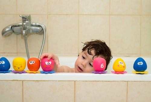 お風呂でおもちゃを使って