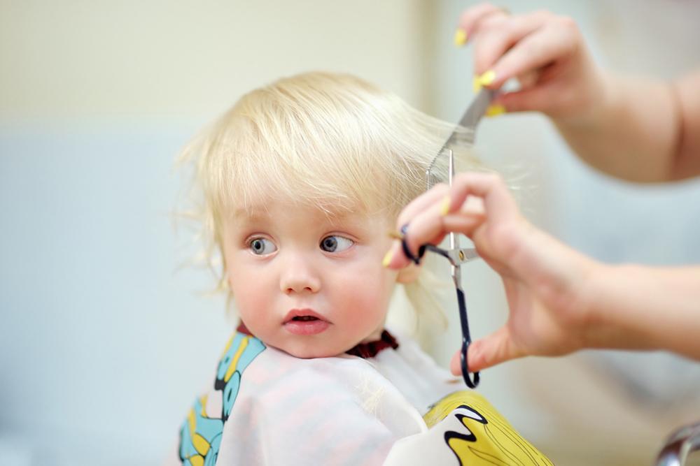 赤ちゃんの散髪はどうしたらいい?初めての散髪や自宅で切る方法