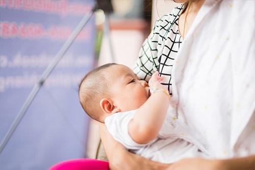 外国人が驚く日本のママの授乳事情