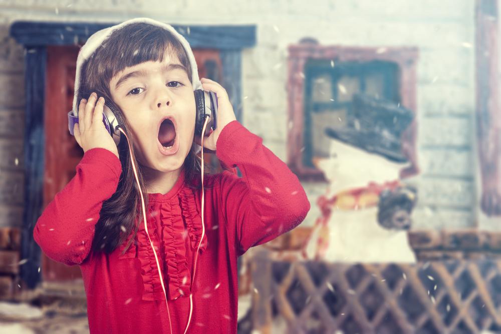 クリスマスソングを歌って子供英語学習!人気のポップスソング4曲