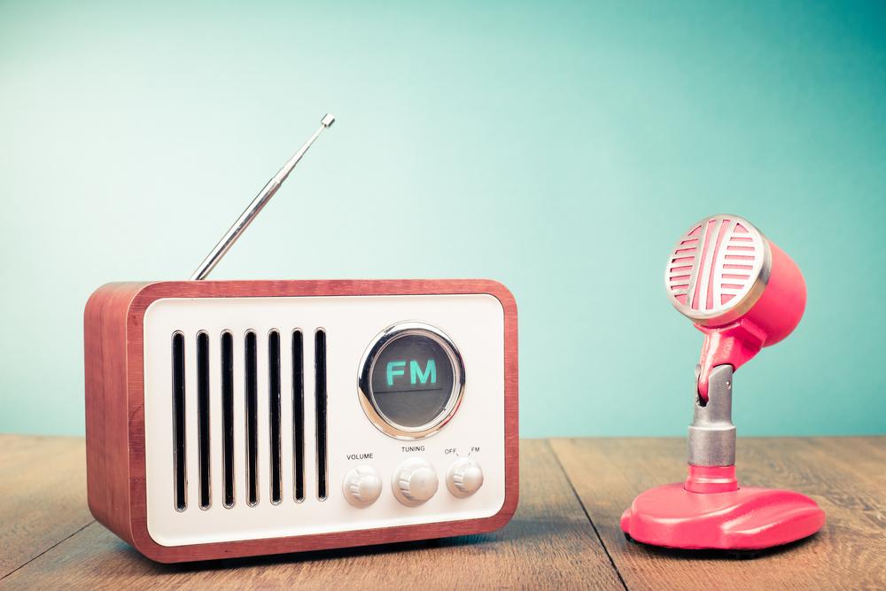 無料で英語の聞き流しができるラジオやオンラインサービスで賢く子供英語学習!