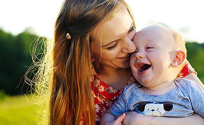 【小児科医監修】新生児の赤ちゃんの正しい抱っこの仕方や注意点