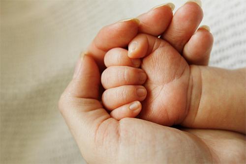 赤ちゃんが落ち着く基本の抱っこと「横抱き・縦抱き」のコツとは?