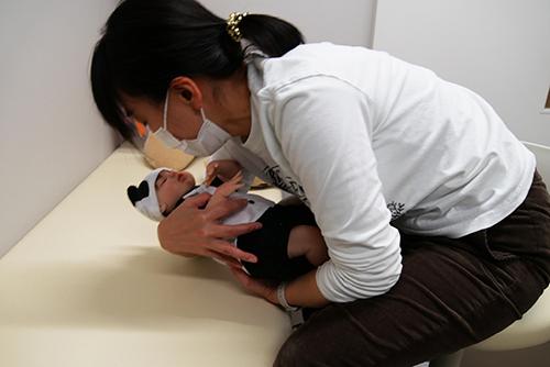 3.赤ちゃんの体を包み込むようにして引き寄せる