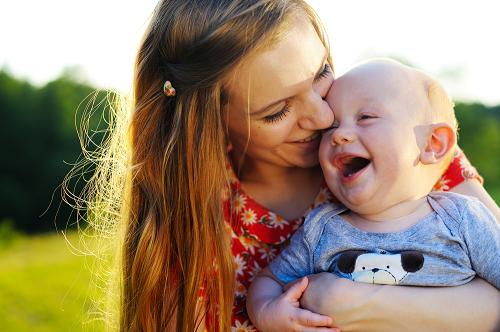 赤ちゃんはママの抱っこが大好き!抱っこのコツや抱っこが楽になる便利グッズとは?