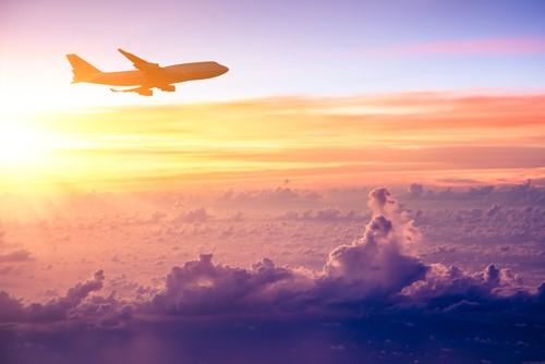 マタニティのママや生まれたばかりの赤ちゃんが飛行機に乗るときに注意すべきこととは?