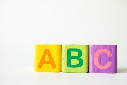 アルファベットや数など英語の基礎知識が学べるアプリ