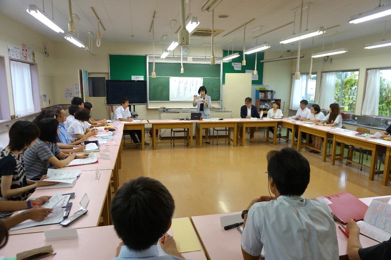 全学年の担任が集まって行われた授業後の研究会