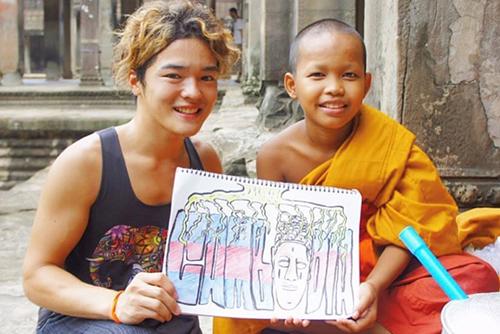 カンボジアの托鉢僧との1枚。