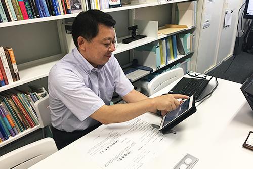 教材のAIアプリを操作する宍戸教授