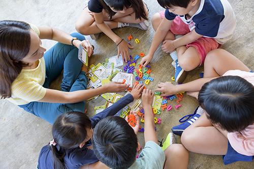 3・4年生は音声を中心とした「体験的なコミュニケーション活動」を通して英語に慣れ親しむ段階