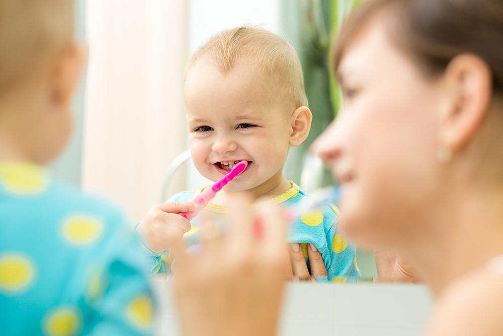 赤ちゃんの歯磨きはいつから始めたらいい?ガーゼ磨きと正しい歯ブラシの使い方