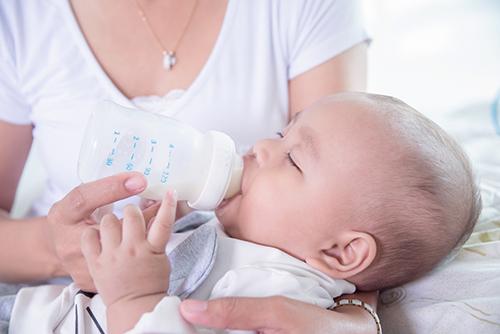 母乳などを飲ませる