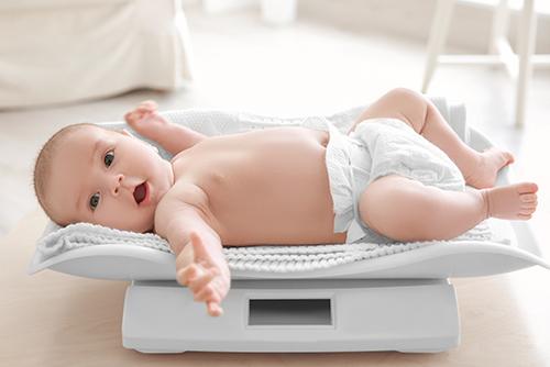 赤ちゃんの体重は1日どのくらい増えるの?