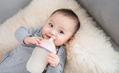 新生児に与えるミルクの適切な量は?足りない、飲みすぎのサイン