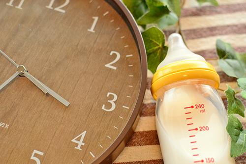 ミルクを与える量や間隔の目安は?