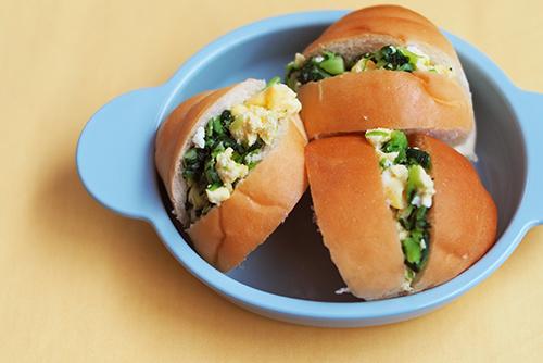 離乳食後期~完了期(9〜18カ月頃)『卵と小松菜の手づかみサンド』