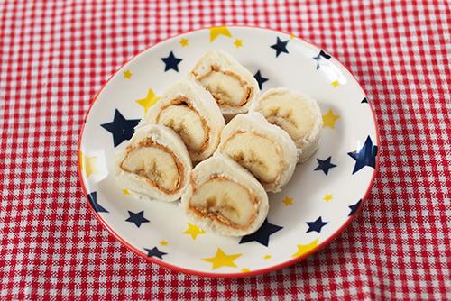 離乳食後期~完了期(9〜18カ月頃)『バナナの手づかみロールサンド』