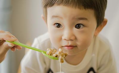 「納豆」を使った離乳食はいつから?栄養素や注意点、選び方や便利なレシピをご紹介!【管理栄養士監修】