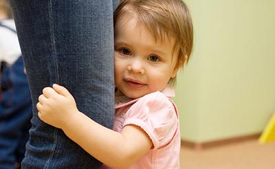赤ちゃんの人見知りはいつから?人見知りの原因と対策をわかりやすく解説!