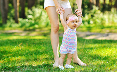 赤ちゃんとのお散歩、いつからOK?最適な時間帯や注意点