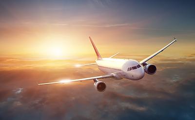 赤ちゃんが飛行機に乗れるのはいつから?持ち物や搭乗のポイントを紹介