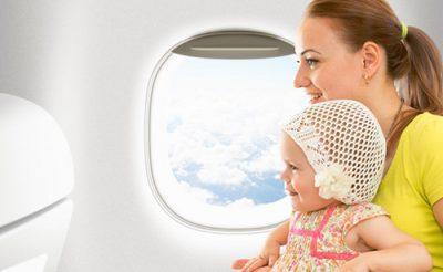 赤ちゃん連れで飛行機に乗るときのポイント。料金や持ち物、対処法は?