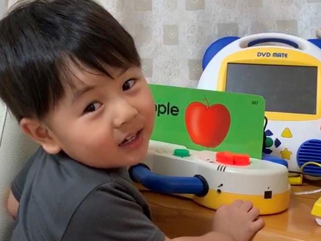 トーク・アロングカードで遊ぶ子供