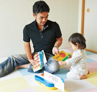 勝治さんと一緒にTalkalong Cardsで遊ぶ結菜ちゃん