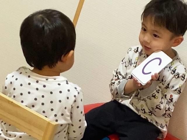 兄妹でアルファベットを練習