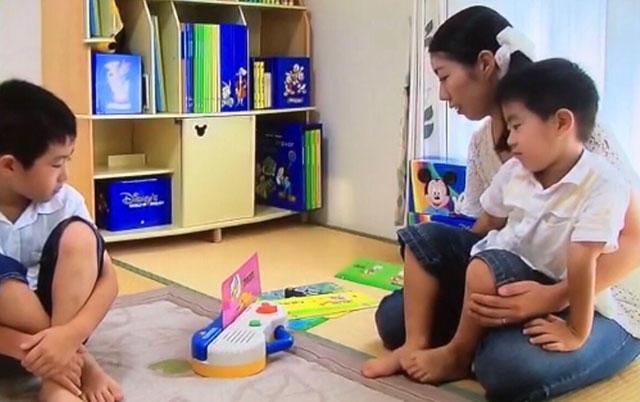 ディズニー英語システムで遊ぶ家族.jpg