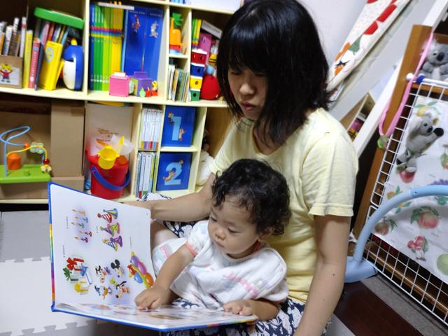 お母さんと絵本を読んでいる写真
