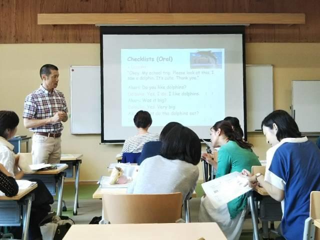 Q3. 先生が提唱する「英語を教えることに集中するのではなく、英語を通じて子供たちの良さをさらに伸ばす」教育法とは、具体的にどのような方法ですか?